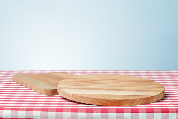 テーブルの上のナプキンで木の板