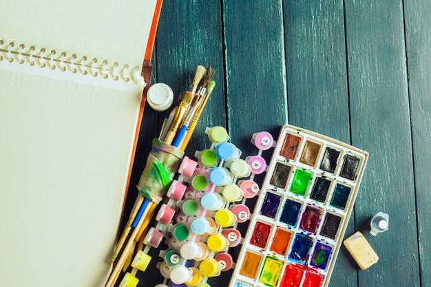 水彩絵の具や絵の具の絵筆のセット