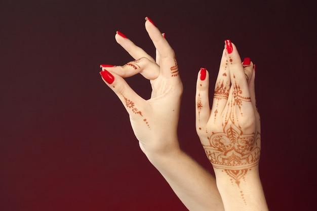 一時的な刺青の女性の手