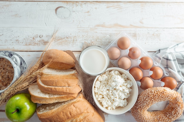 乳製品、牛乳、卵、パンのある静物