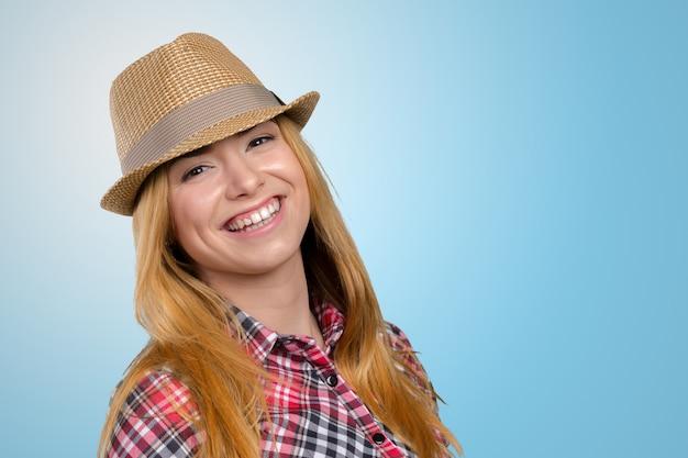 麦わら帽子のスリムなきれいな若い女の子