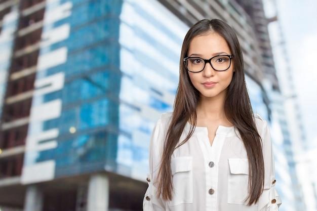 メガネ眼鏡女性幸せなポートレート、カメラ目線