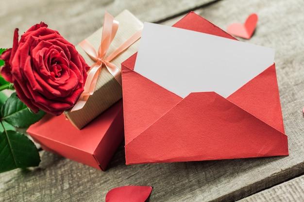 バラと木の板、バレンタインデーの心