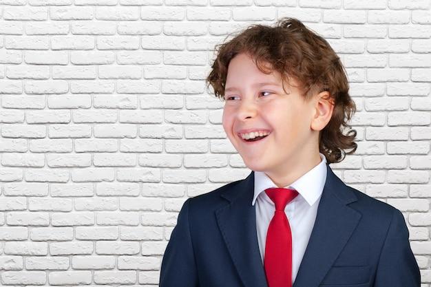 Молодой мальчик в смокинге
