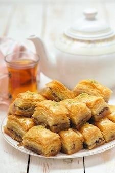Традиционные восточные десерты на деревянном