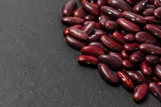 黒いテーブルの上の小豆