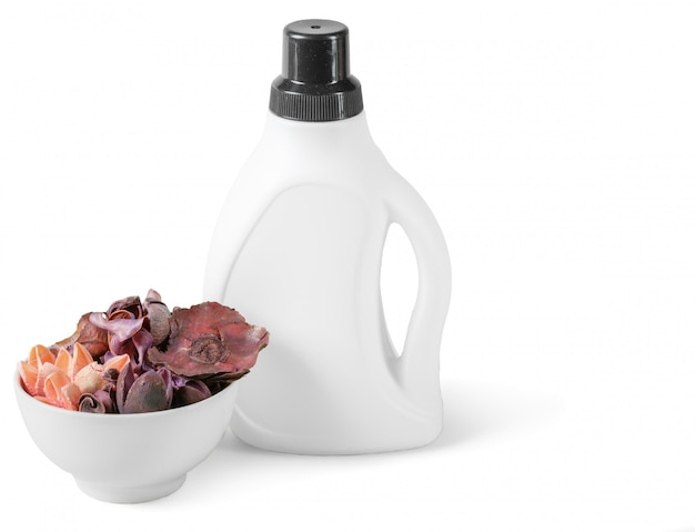 液体洗濯洗剤や洗浄剤、漂白剤や柔軟剤用の白いプラスチックボトル。