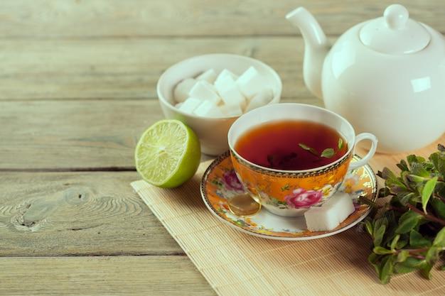 木製のテーブルの上の紅茶のカップ