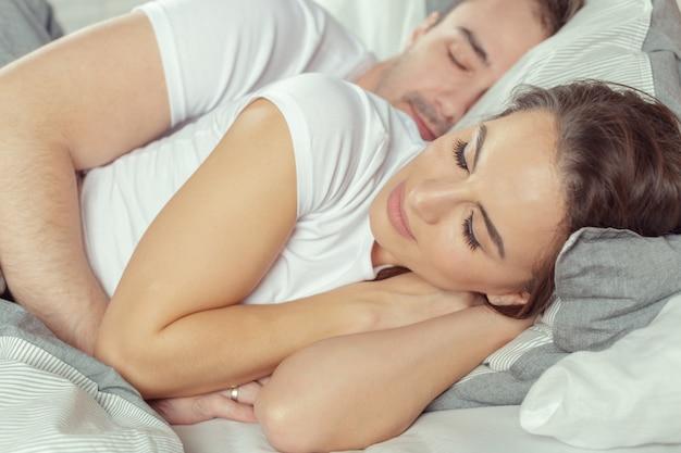 Красивая пара, лежа на кровати