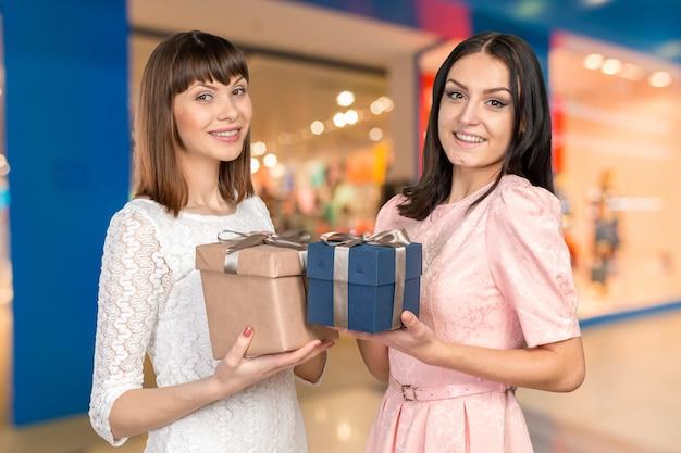 プレゼントを交換する女性の友達