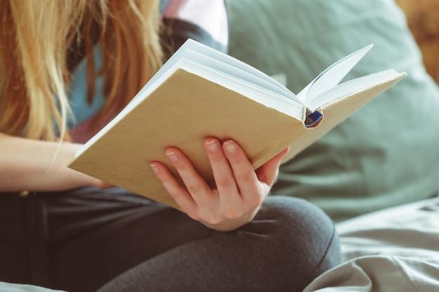 部屋で本を読む女