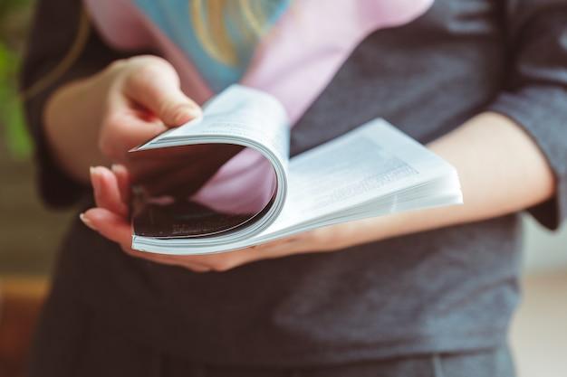 女性の家で雑誌を読む