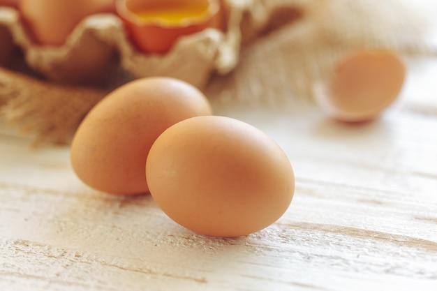 木製の背景に卵