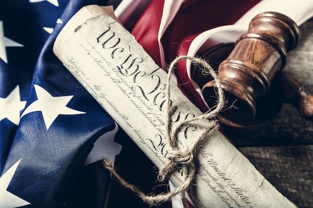 木製の小槌とアメリカの国旗