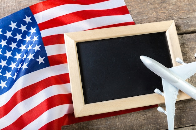 アメリカの国旗と空白のチョークボード