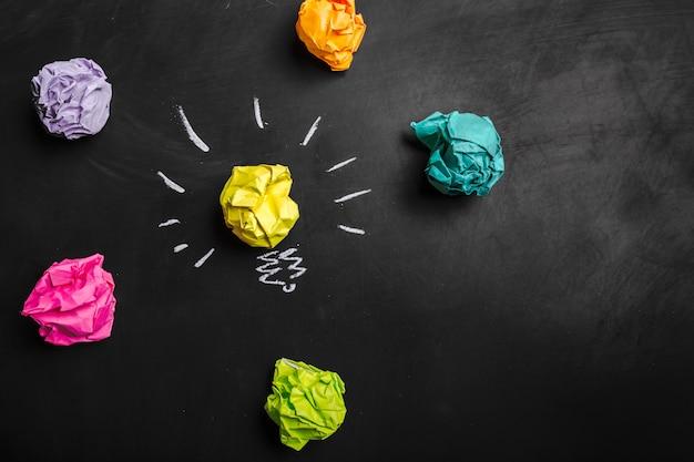 素晴らしいアイデアのコンセプト、黒板に紙を丸めて