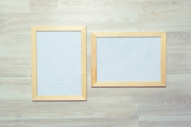 Рамки для фотографий на деревянной стене