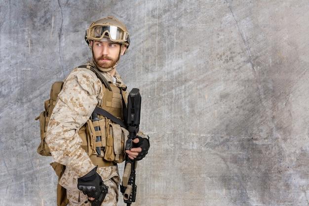 Современный солдат с винтовкой