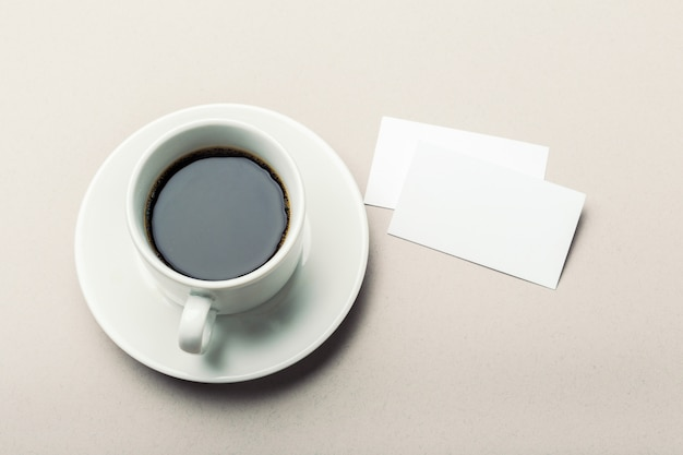 スペース付きのコーヒーカップを持つ空白のカード