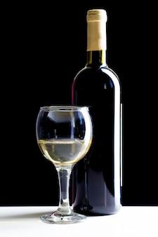 エレガントな赤ワインのグラス