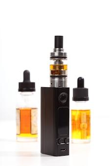 白い背景の上の最も現代的な電子タバコ。蒸気を吸います。蒸気。