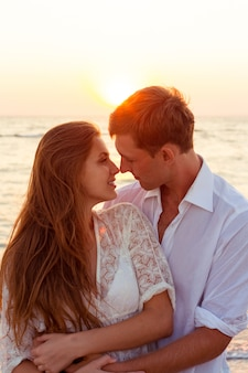 Романтическая пара целуется на пляже