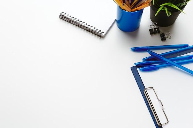 白いテーブルの上の創造的な障害にドロップされたビジネスアイテム