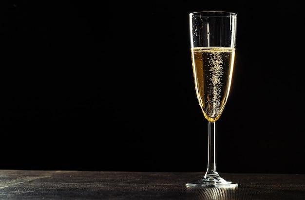暗い背景に対してお祝いの機会のためのシャンパングラス