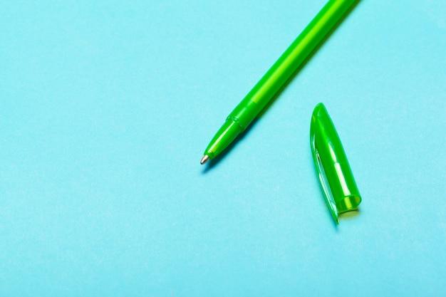 青いテーブルトップビュー、オフィスのデスクトップ、事務用品に鉛筆します。
