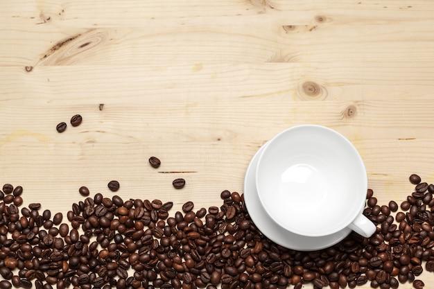 木製の背景にコーヒー豆のクローズアップ