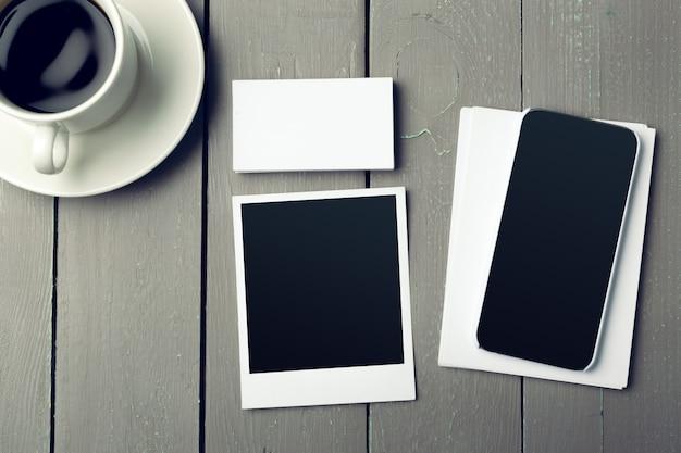 スペースとコーヒーカップを持つ空白のカード