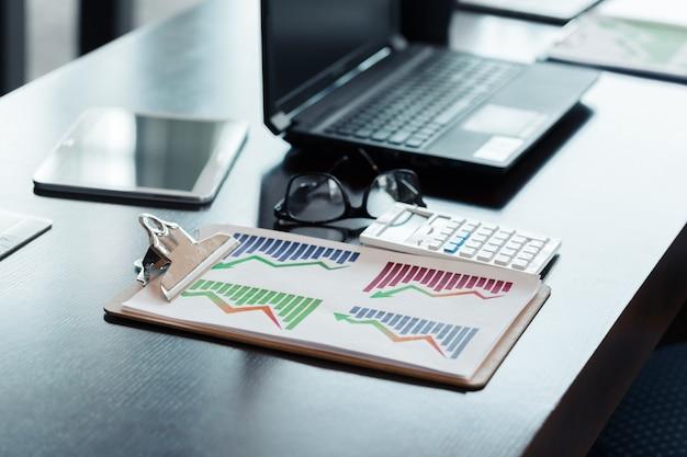 近代的なオフィスのラップトップ