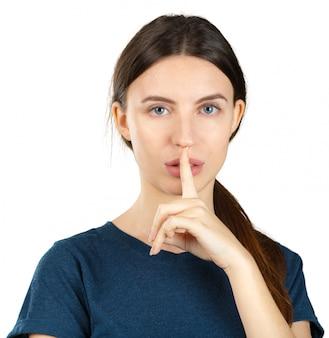 沈黙のジェスチャーを作る若い女性