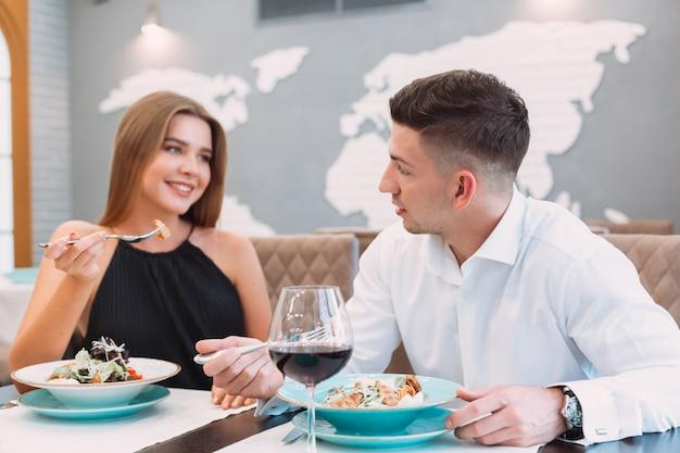 レストランで美しいカップル