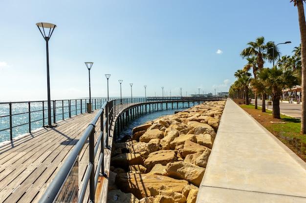 海側に沿って歩道堤防