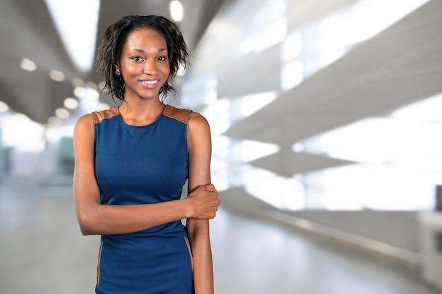 美しいアフリカ系アメリカ人の実業家の肖像画