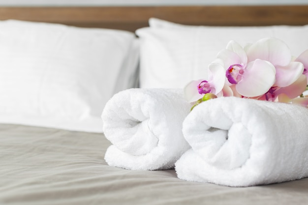 タオルとホテルの部屋でベッドの上の花