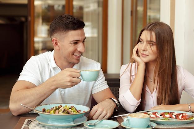 カフェで二人で過ごす時間を楽しんで