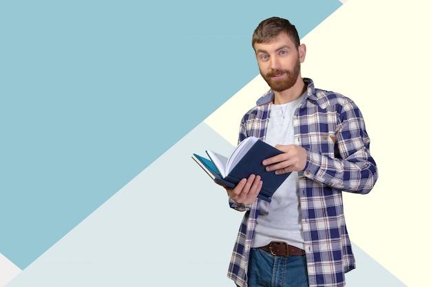 若い男の本のスタックを保持