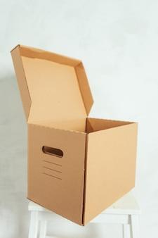Большие картонные коробки стоят в комнате