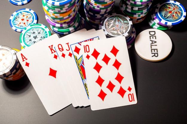 ポーカーチップと黒のカード