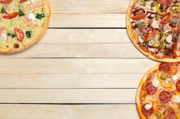 木製のテーブルでおいしいイタリアのピザ