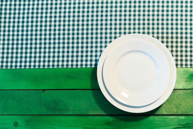 市松模様のテーブルクロスの上の皿