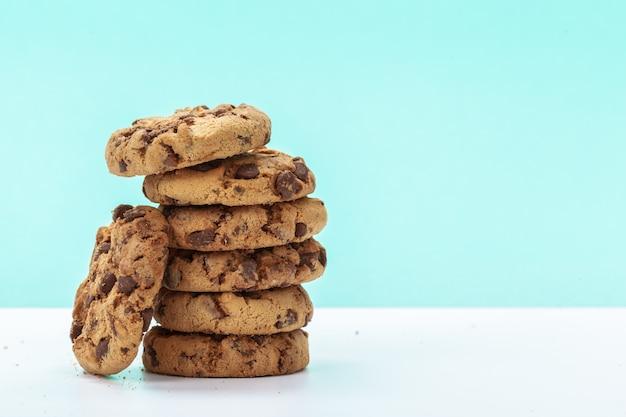 Шоколадное печенье на ярко-синем