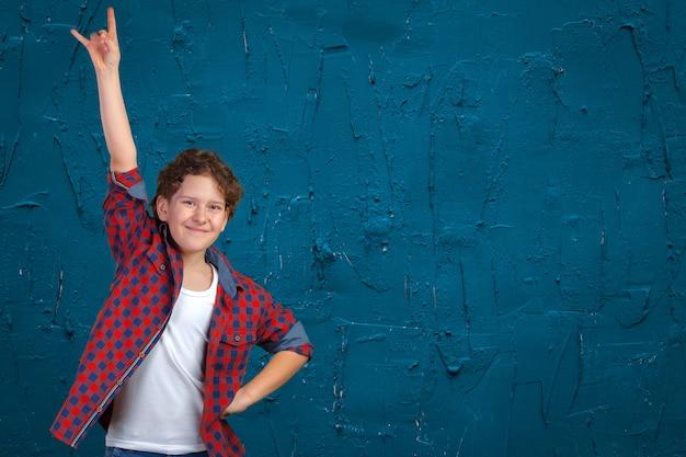 最近の成功を祝う上げられた握りこぶしを持つ自信を持って少年
