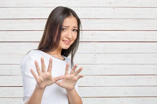 ショックを受けたと驚く美しい混血アジア人/白人女性