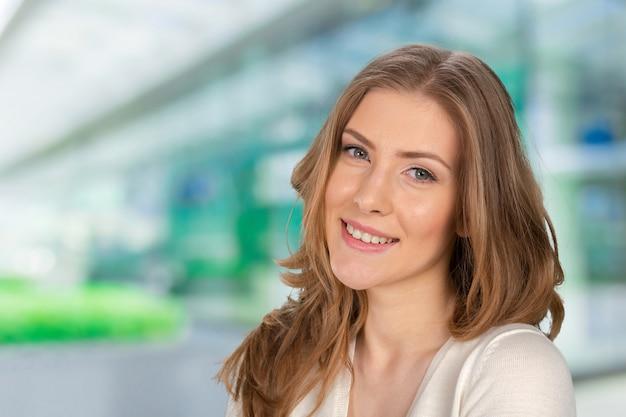 魅力的な白人の笑顔の女性の肖像画