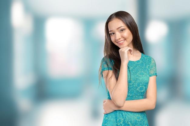 カジュアルな混血アジア白人女性笑顔幸せそうに見えます