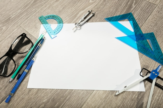 空白のノートブックと木製のテーブルの上のグラスと鉛筆