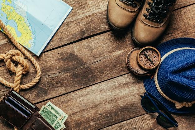 山旅行のための旅行用品のトップビュー